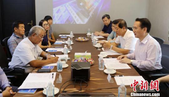 当地时间8月15日,中国国务院侨办副主任谭天星(右一)与哈巴罗夫斯克华侨华人和华商代表举行座谈会,听取侨胞对侨务工作的意见。 王修君 摄