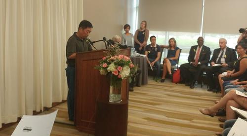 章莹颖父亲章荣高在记者会上。(美国中文网)