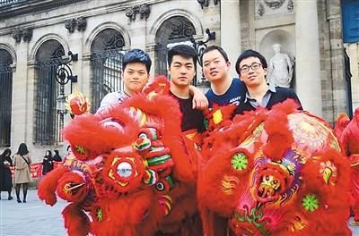 中国侨网在节日之际,法国当地华侨华人会举办一些与中国传统文化相关的活动。   图为宋正铎(右二)在法国波尔多市政府前参与舞狮活动。