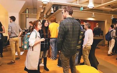 中国侨网王雅薇(左)在瑞典学习期间,有很多机会与来自世界各地的同学交流,在了解其他国家文化的同时,她和同学也会主动地介绍中国文化。