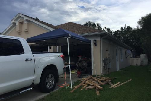 面对艾尔玛来袭,华人家庭准备木条加固门窗,希望能将风灾损害减至最低。(美国《世界日报》/陈文迪 摄)