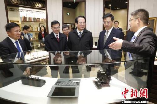 谭天星一行参观李昌钰法庭科学博物馆。 张亨伟 摄