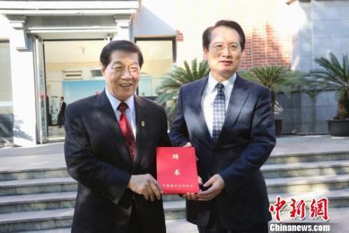 国务院侨办副主任谭天星为李昌钰博士颁发中国海外交流协会顾问聘书。 江兴伟 摄