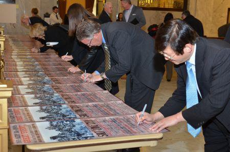 乐桃文等委员会成员共同签署纪念活动宣传画