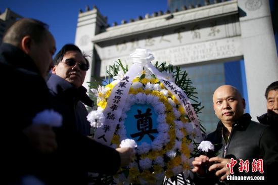 美国福建公所主席郑时甘(左)、副主席郑德良(右)等参加悼念集会。 中新社记者 廖攀  摄