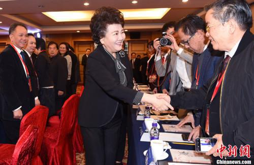"""1月10日,国务院侨办主任裘援平出席了在北京举行的2018年""""华助中心""""年度工作座谈会,与来自37个国家56家华助中心的代表进行深入交流。中新社记者 张勤 摄"""