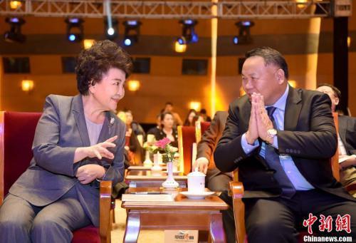 图为裘援平(左)在典礼会场与新闻人物当选代表、巴拿马共和国总统顾问陈国基交流。中新社记者 侯宇 摄