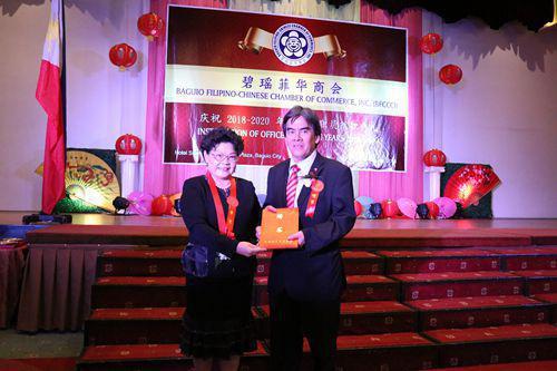 王建群为伍东荣理事长颁发聘书。