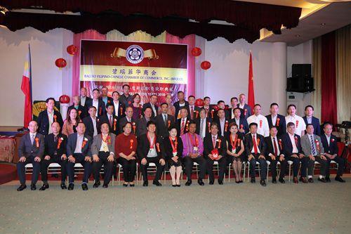 王建群与商会新一届理事会成员合影。