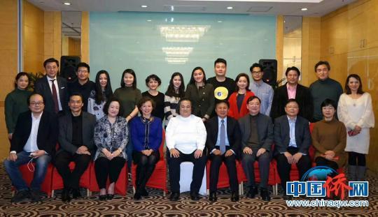 图为演出者与上海市侨办负责人合影留念。 祖忠人 摄