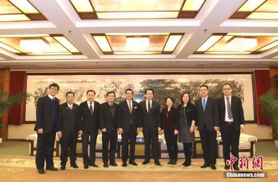 1月30日,中国海外交流协会副会长兼秘书长谭天星在北京会见了马来西亚华人公会总会长、政府交通部长廖中莱。中新社记者 张勤 摄