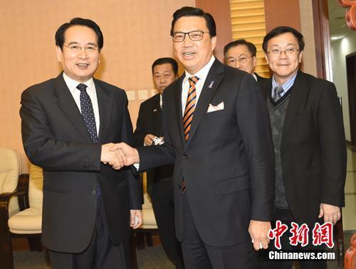 1月30日,中国海外交流协会副会长兼秘书长谭天星在北京会见了马来西亚华人公会总会长、政府交通部长廖中莱。  张勤 摄