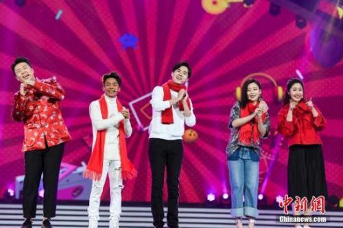 王宝强、刘昊然携手主持人载歌载舞