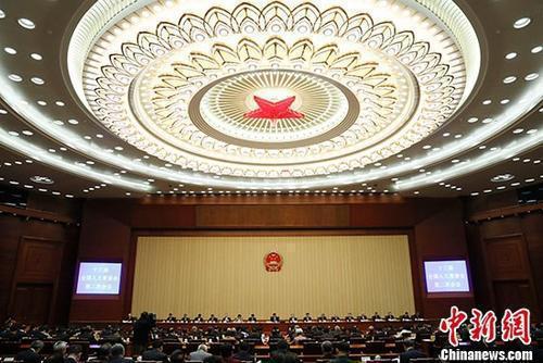 4月27日,十三届全国人大常委会第二次会议举行闭幕会。会议表决通过了人民陪审员法,表决通过了英雄烈士保护法,表决通过了国务院机构改革涉及法律规定的行政机关职责调整问题的决定,表决通过了设立上海金融法院的决定。 中新社记者 杜洋 摄
