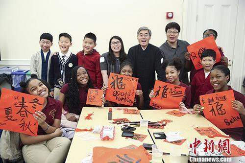 资料图:中美两国小学生体验中国传统文化。 中新社记者 廖攀 摄