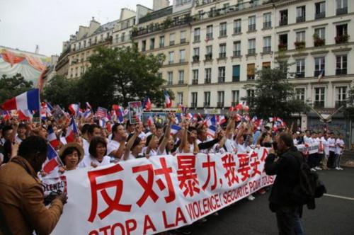 """资料图:2016年,法国侨界举行""""反暴力,要安全""""大游行。图为游行现场。(法国《欧洲时报》/ 黄冠杰 摄)"""