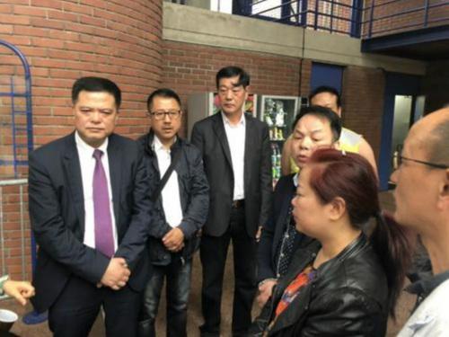 任俐敏(左1)等与参加庭审的张朝林家属(右2)交谈。(法国《欧洲时报》/孔帆 摄)