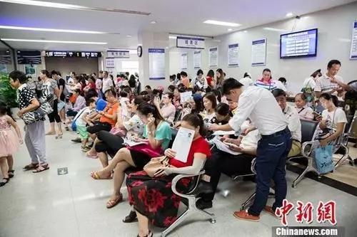 资料图 公安局出入境办证大厅业务火爆  中新社记者 刘梦璇 摄