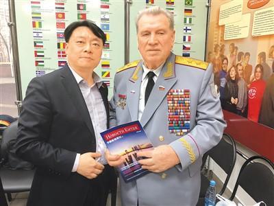 图为吴昊(左)向全俄老战士委员会副主席格涅兹季洛夫赠送《中国新闻》杂志