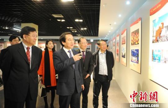 中央统战部副部长谭天星参观展览 王刚 摄
