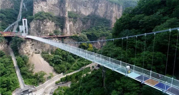 5D glass suspension bridge opens in Shanxi