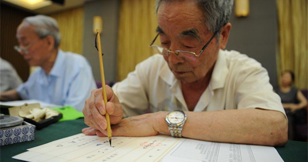 Alumni, retired teachers from Shaanxi Normal University write admission letters for freshmen