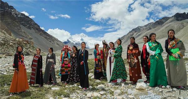 Folk costume show held at 5,200-meter-high base camp of Mt. Qomolangma