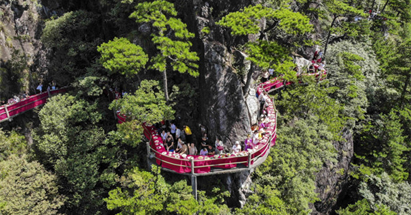 Jaw-dropping cliff restaurant opens in Zhejiang