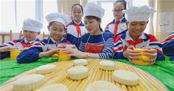 People make mooncakes to greet Mid-Autumn Festival across China
