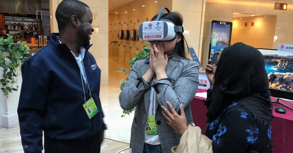 Foreign journalist experiences 5G device at media center