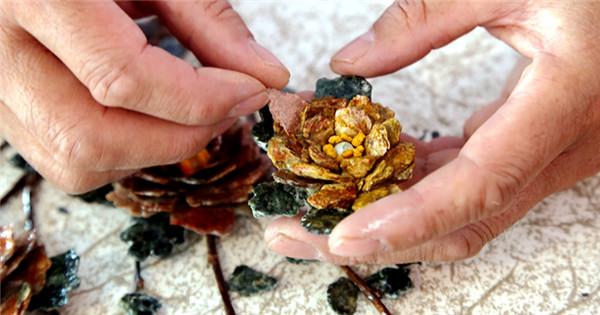 Folk artist turns discarded jade pieces into handicrafts