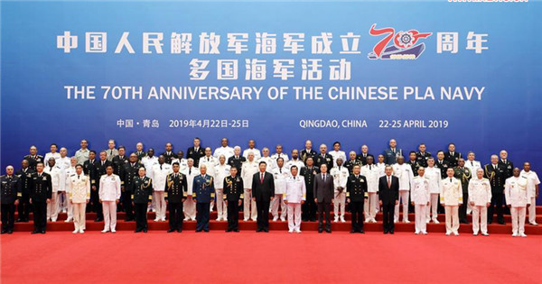 Xi takes group photo with heads of foreign delegations