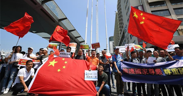 Hong Kong residents gather to express reverence to Chinese national emblem, flag
