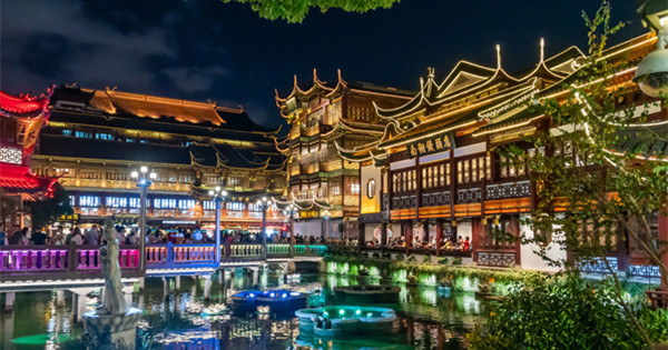 Yuyuan Garden Malls entertain at night