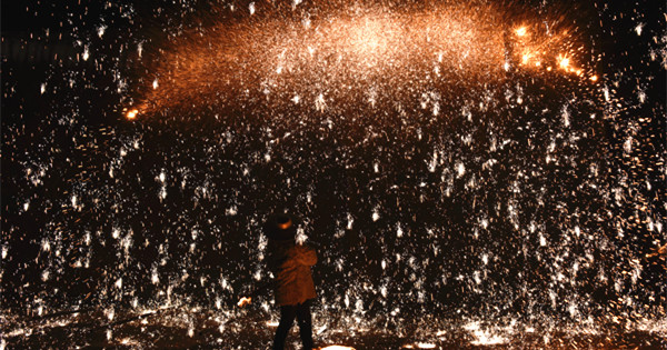 'Striking iron flowers' show staged in Hebei province