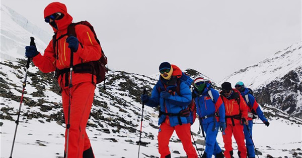 Mt. Qomolangma remeasuring surveyors arrive at base camp at a height of 6,500 meters
