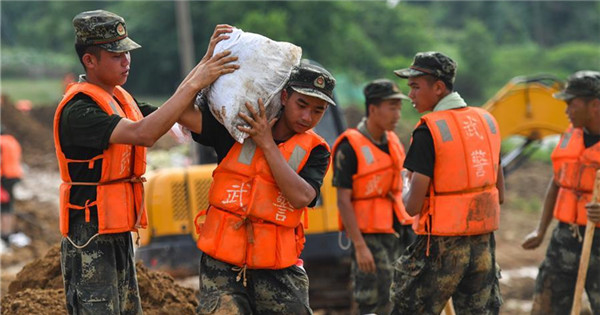 Armed police troops join flood control operations in Jiangxi