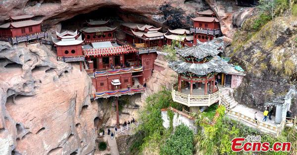 由悬崖上的单一支柱支撑的寺庙超过800年