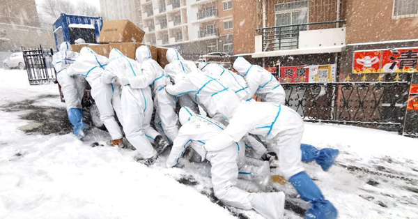 Anti-epidemic volunteers deliver supplies in Dalian Ocean University
