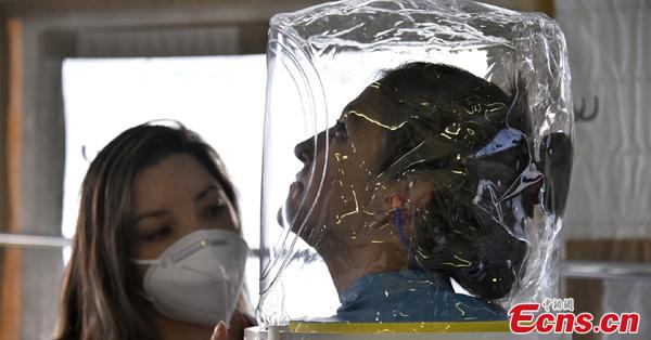 Columbian hospital unveils transparent helmet-like oxygen mask