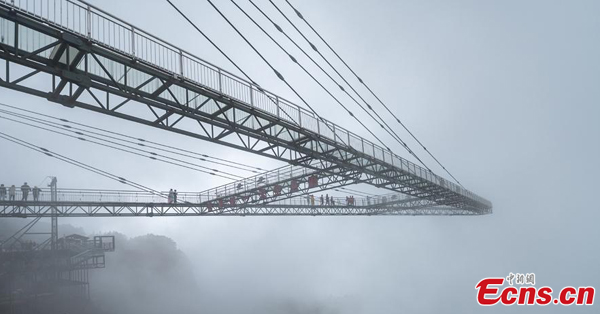 Glass skywalk in Chongqing attracts visitors