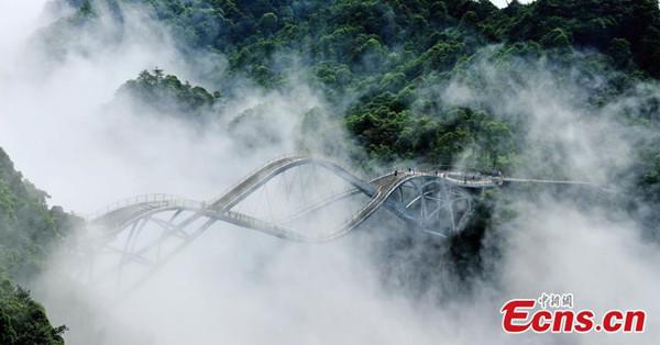 Mist shrouds Shenxianju scenic area in Zhejiang