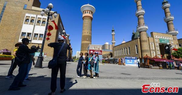 Grand Bazaar in Urumqi attracts tourists