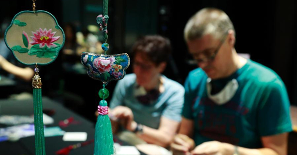 Foreigners make sachets to experience traditional Chinese culture