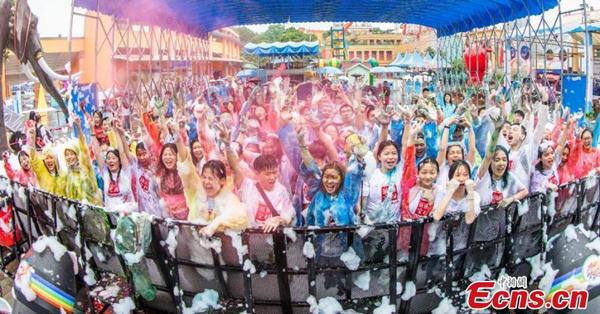High school graduates take part in color run in rainy Changsha