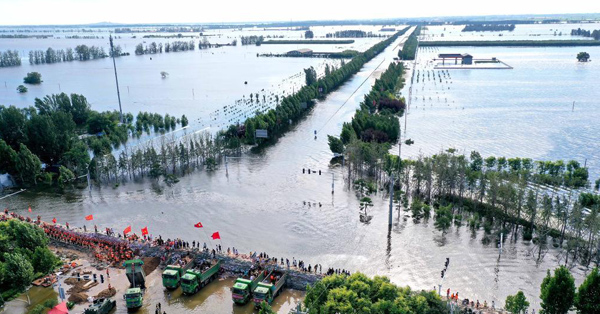 Rescuers, residents reinforce embankment at Xunxian in Henan