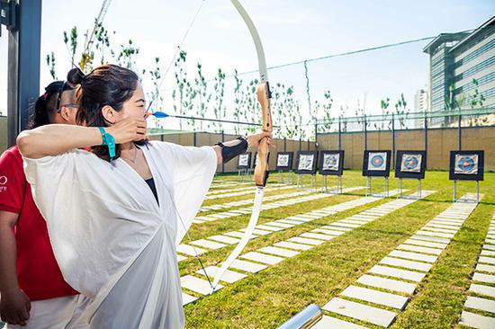 The maiden Joyview resort in Beidaihe, Hebei province, offers a variety of entertainment facilities including soft archery, an Omni sport court, sailing, windsurfing and horse riding. (Photo provided to China Daily)
