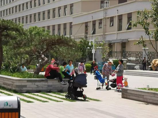 Babies and baby-sitters take a rest at Xiaotaihou River Park in Beijing's Chaoyang District. (Photo provided to Tianjin Daily)