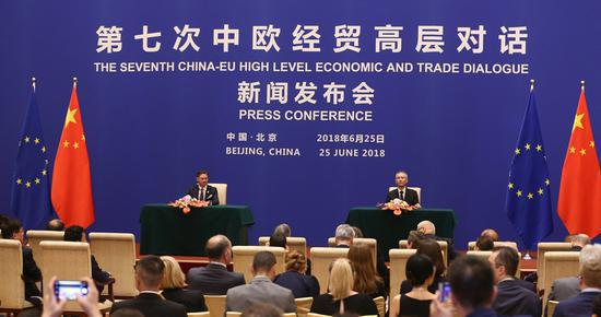 Vice-Premier Liu He and European Commission Vice-President Jyrki Katainen attend a joint news conference after the EU-China High-level Economic Dialogue at Diaoyutai State Guesthouse in Beijing, June 25, 2018. (Photo by Zou Hong/China Daily)