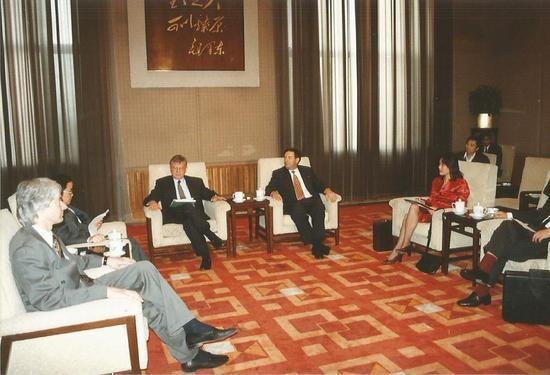 Laurence Brahm (L) meets with foreign investors and advising on their China investment strategy at Diaoyutai State Guest House in 1995. (Photo provided to chinadaily.com.cn)